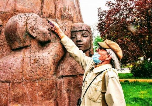 """Dobosz znów """"rzeźbi"""" pomnik Korczaka - SPACEROWNIK ZIELONOGÓRSKI ODC. 406 (994)"""